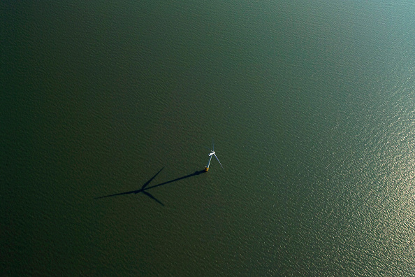 Sunny「aerial view of the Kentish flats windfarm showing the wind turbine generators off whitstable and herne bay in kent」:写真・画像(0)[壁紙.com]