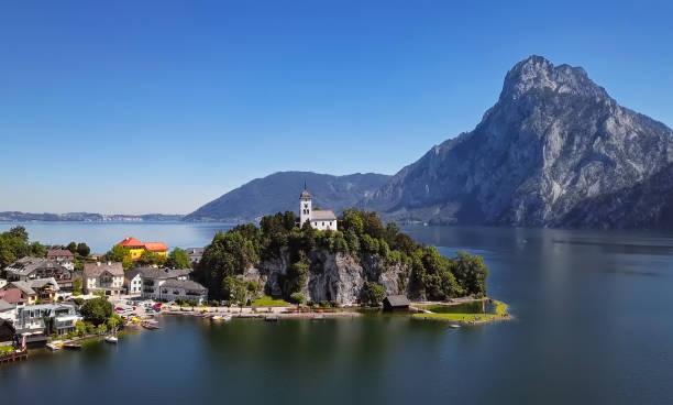 Aerial view of Traunkirchen church on Traunsee lake, in Salzkammergut, Upper Austria:スマホ壁紙(壁紙.com)
