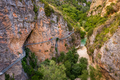 Passenger Boarding Bridge「aerial view Gangway over Vero River in Alquezar, Huesca, Spain」:スマホ壁紙(17)