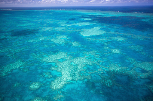 Queensland「Aerial views over the Whitsunday Island chain and the Great Barrier Reef.」:スマホ壁紙(15)