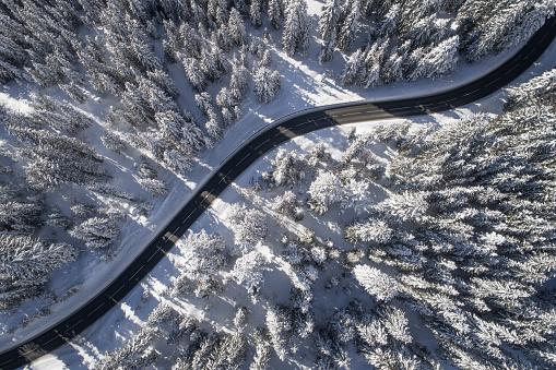 自然の模様「Aerial view of a road winding through a winter landscape, Salzburg, Austria」:スマホ壁紙(17)