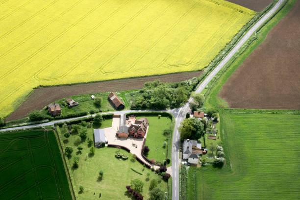 Aerial view south west of farm buildings, rape fields, fields in Essex near Haverhill, UK:ニュース(壁紙.com)