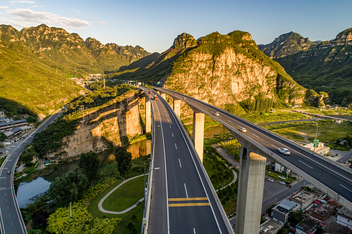 Road Construction「aerial view of highway in mountain area」:スマホ壁紙(0)