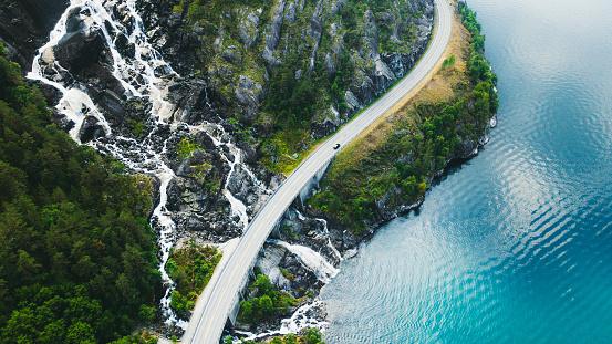 旅行地「ノルウェーの車、海、滝を備えた風光明媚な山道の空中写真」:スマホ壁紙(18)