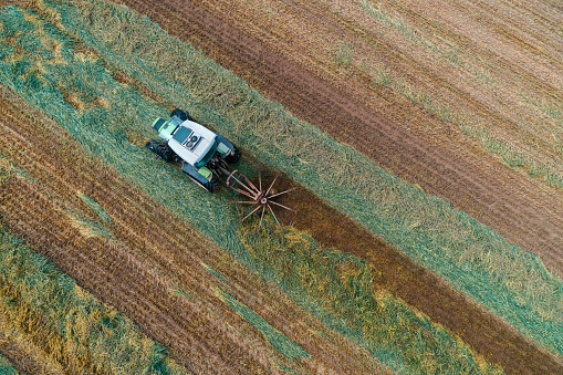 Planting「Aerial View of a Combine Harvester Harvesting the Agricultiral Fierld at Sunset. Summertime. Agricultural Equipment in Cultivated Land」:スマホ壁紙(6)