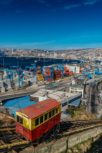 Ship「Aerial view of the Bay of Valparaiso with old funicular railway (Ascensor Artilleria) in the foreground, then the port and cranes, Valparaiso, UNESCO World Heritage Site, Chile」:スマホ壁紙(3)