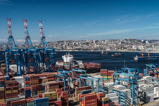 Ship「Aerial view of the Bay of Valparaiso with port and cranes in foreground, Valparaiso, UNESCO World Heritage Site, Chile」:スマホ壁紙(4)