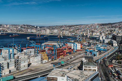 Ship「Aerial view of the Bay of Valparaiso with port and cranes in foreground, Valparaiso, UNESCO World Heritage Site, Chile」:スマホ壁紙(5)
