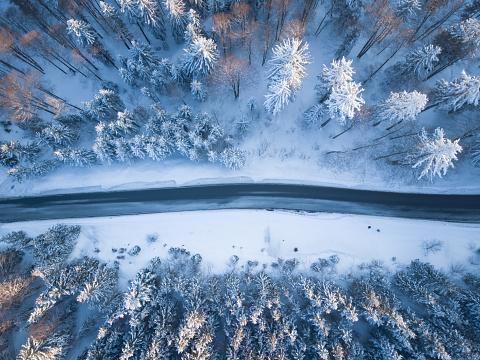 Extreme Terrain「Aerial view of a road through winter landscape, Gaisberg, Salzburg, Austria」:スマホ壁紙(4)
