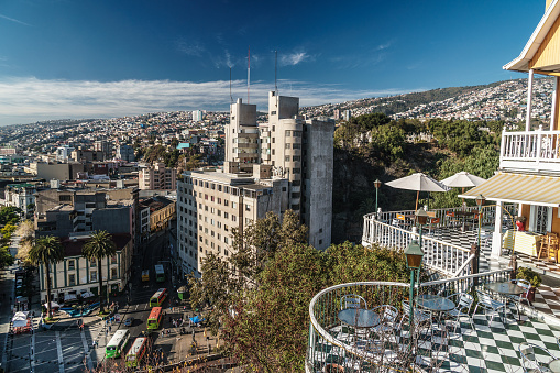 Vibrant Color「Aerial view across Valparaiso from the end of Paseo Atkinson, cafe in foreground, Valparaiso, UNESCO World Heritage Site, Chile」:スマホ壁紙(16)