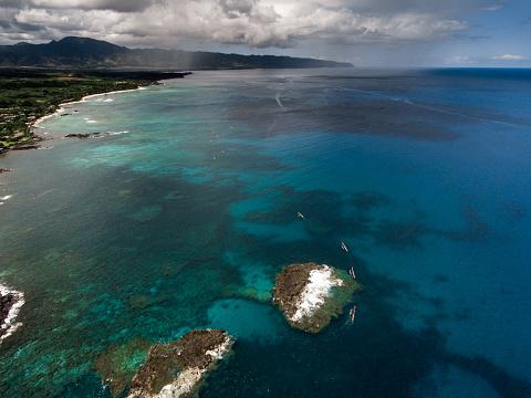 オアフ島「Aerial view of Outrigger Canoe Race, Waimea Bay, Oahu, Hawaii, America, USA」:スマホ壁紙(1)