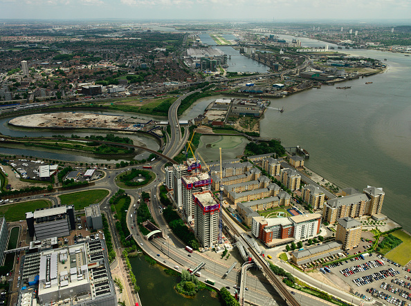 Horizon「Aerial view of large property development (Barratt - Electron) on the river Thames, with Royal Victoria and Royal Albert Dock and City Airport, Thames Gateway, London, UK」:写真・画像(9)[壁紙.com]