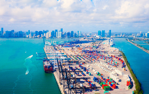Pier「Aerial view of Miami harbor and downtown」:スマホ壁紙(2)