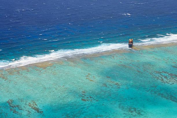 Aerial view of old tanker run aground on Belize Barrier Reef, Caribbean Sea:スマホ壁紙(壁紙.com)