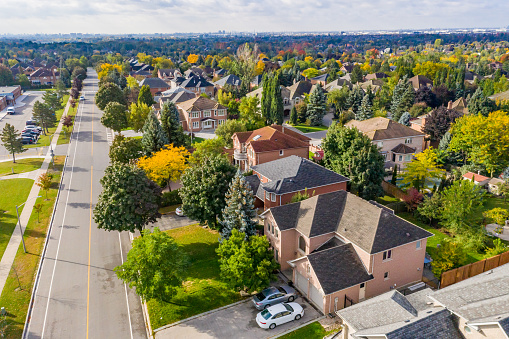 秋「ラザフォード道路とイズリントンアベニューの航空写真、カナダ、オンタリオ州ヴォーンのウッドブリッジの一戸建てとデュプレックスハウス」:スマホ壁紙(5)