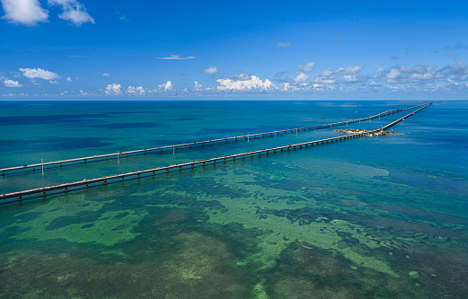 Gulf Coast States「Aerial view of Seven Mile Bridge in Florida Keys, USA」:スマホ壁紙(1)
