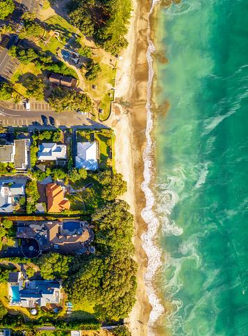 楽園「牧歌的なビーチサイドの家の空中ビュー」:スマホ壁紙(5)