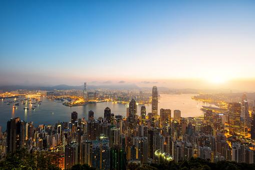 Victoria Peak「Aerial view of Hong Kong skyline at sunrise.」:スマホ壁紙(3)