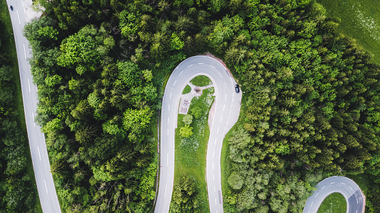 Hairpin Curve「Aerial view of curvy mountain road in Austrian Alps」:スマホ壁紙(17)