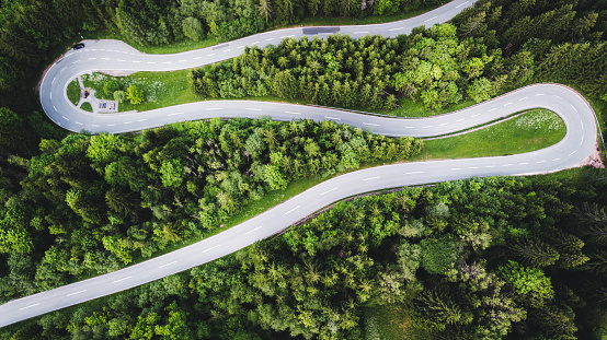 Hairpin Curve「Aerial view of curvy mountain road in Austrian Alps」:スマホ壁紙(6)