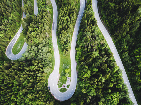 Hairpin Curve「Aerial view of curvy mountain road in Austrian Alps」:スマホ壁紙(19)