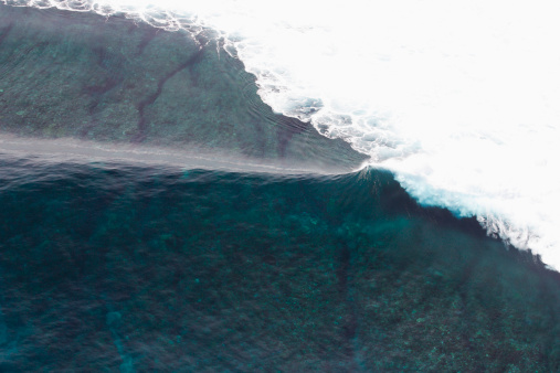 Mamanuca Islands「Aerial view of an empty wave breaking at Tavarua, Fiji」:スマホ壁紙(17)