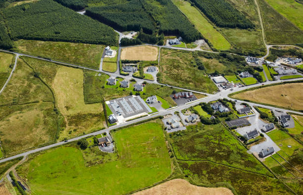 Aerial view of holiday homes and road in County Clare:スマホ壁紙(壁紙.com)