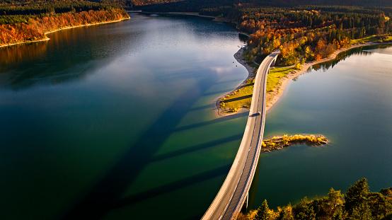 胸を打つ「Aerial view of bridge over Sylvenstein Lake in autumn」:スマホ壁紙(15)