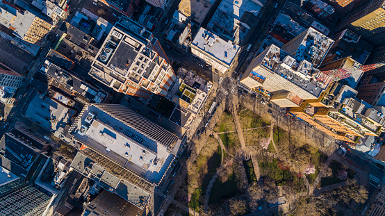 Pennsylvania「Aerial view on the Rittenhouse Square in Philadelphia Downtown in early spring. Usually overcrowded, the park and streets are now deserted because of COVID-19 Coronavirus Outbreak」:スマホ壁紙(6)