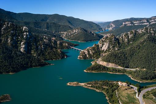 夏「山地およびそれを渡る橋の美しいターコイズ ブルー湖空撮。」:スマホ壁紙(13)
