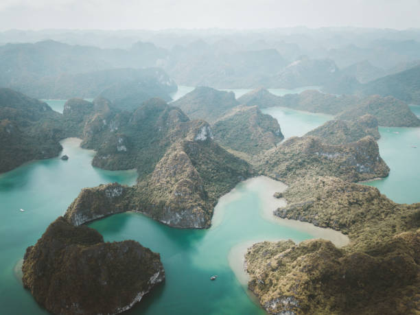 Aerial view of Ha Long Bay in Vietnam:スマホ壁紙(壁紙.com)