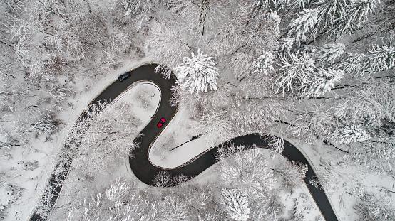 自動車「冬の曲がりくねった道路の空撮」:スマホ壁紙(14)