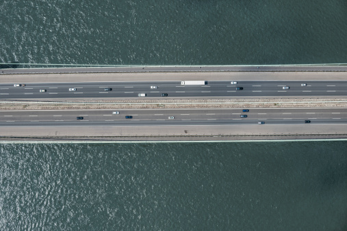 Water Surface「Aerial view of cars on bridge over river」:スマホ壁紙(0)