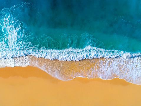島「澄んだターコイズブルーの海と波の空中写真」:スマホ壁紙(11)