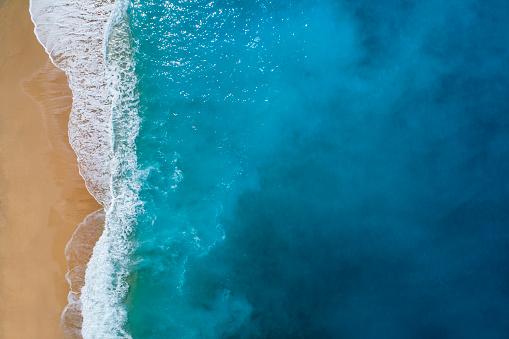 島「透明な青緑色の海の空撮」:スマホ壁紙(4)
