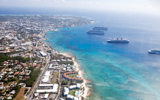 ケイマン諸島「aerial view of downtown Georgetown and cruiseships」:スマホ壁紙(4)