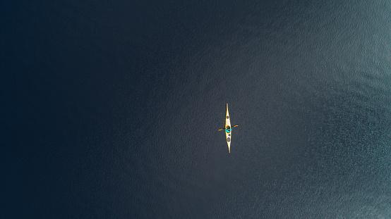 胸を打つ「山中湖でカヤックの女性の空撮」:スマホ壁紙(17)