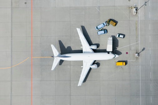 Commercial Airplane「Aerial view of airplane and vans」:スマホ壁紙(4)