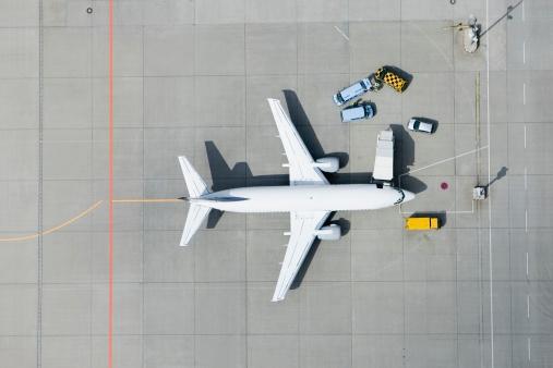 Road Marking「Aerial view of airplane and vans」:スマホ壁紙(14)