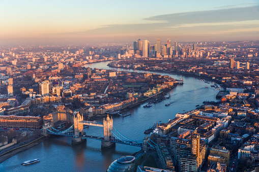 London Bridge - England「Aerial view of Tower Bridge and Canary Wharf skyline at sunset」:スマホ壁紙(5)