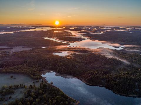 島「霧の湖の上空の眺め」:スマホ壁紙(12)