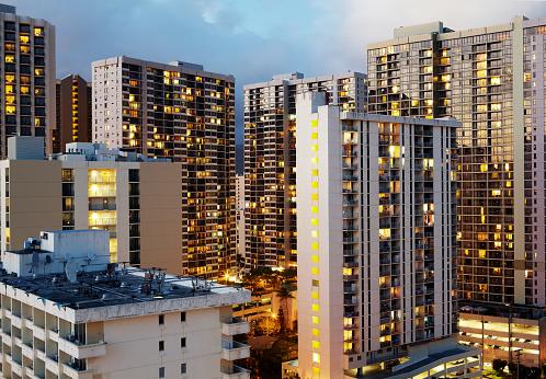 オアフ島「Aerial view of hotels in Waikiki illuminated at dusk」:スマホ壁紙(8)