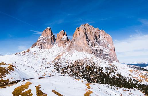 Langkofel「Aerial view of Sassolungo peak in winter, Dolomites, Italy」:スマホ壁紙(16)