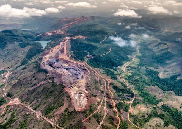 Aerial view of a iron mine exploitation production. Cerro Bolivar, Venezuela:スマホ壁紙(壁紙.com)