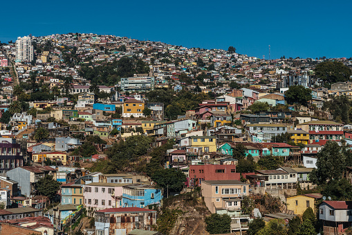 Vibrant Color「Aerial view of brightly coloured houses on the hills of Valparaiso, UNESCO World Heritage Site, Chile」:スマホ壁紙(18)