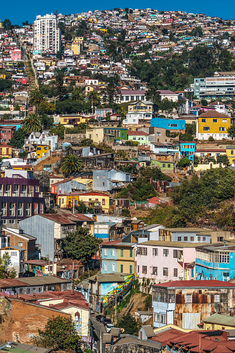 Vibrant Color「Aerial view of brightly coloured houses on the hills of Valparaiso, UNESCO World Heritage Site, Chile」:スマホ壁紙(19)