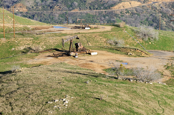 Oil Industry「Aerial view of oil drilling rigs in the hills of Los Angeles, California, USA」:写真・画像(18)[壁紙.com]