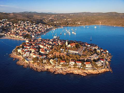 船・ヨット「マリーナ、リゾート アドリア海町プリモシュテン、クロアチアの空撮。」:スマホ壁紙(13)