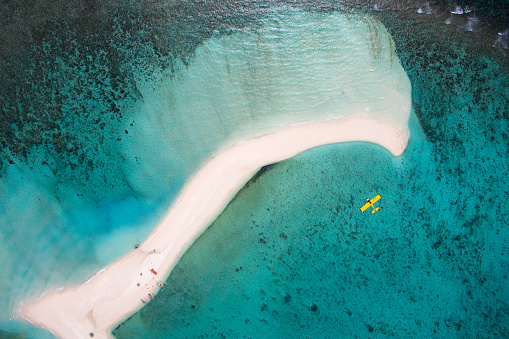 Shallow「Aerial view of a tropical sand bar with passing light aircraft.」:スマホ壁紙(0)