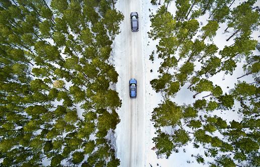 雪山「冬の森の道の空撮」:スマホ壁紙(11)